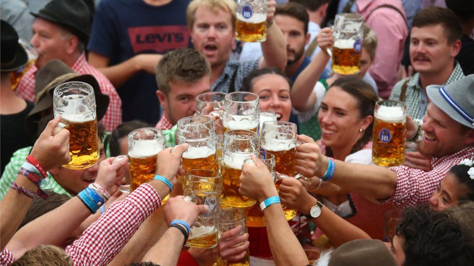 oktoberfest-2018-first-beers-received-by-students-in-munich-7