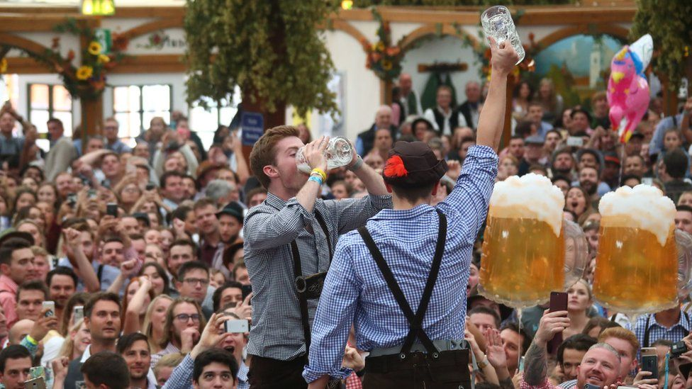 oktoberfest-2018-first-beers-received-by-students-in-munich-6