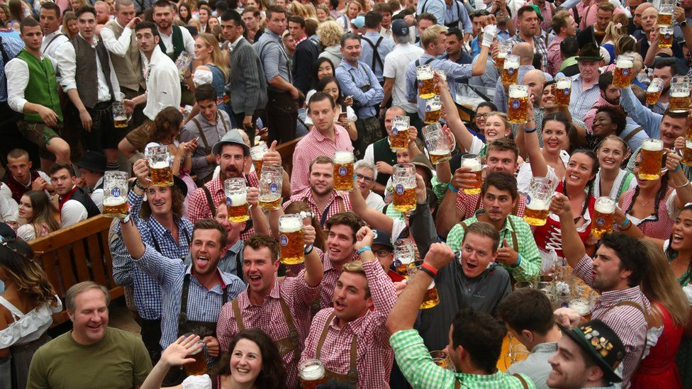 oktoberfest-2018-first-beers-received-by-students-in-munich-2