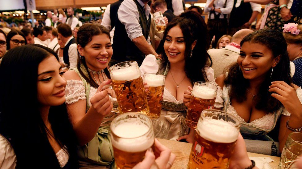 oktoberfest-2018-first-beers-received-by-students-in-munich-1